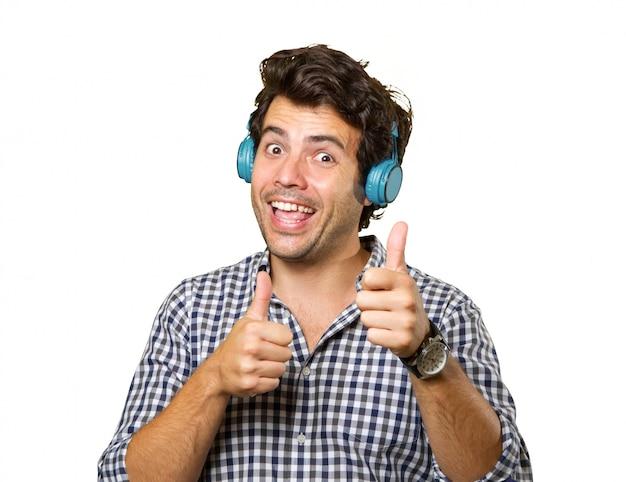 고립 된 헤드폰으로 젊은 남자
