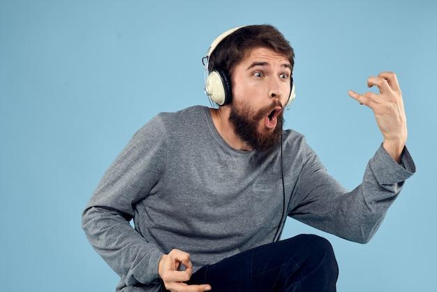 音楽を聞くヘッドフォンを持つ若者