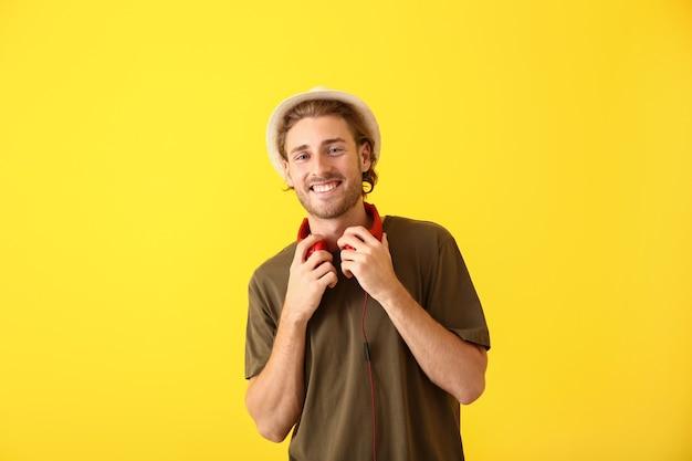 色のヘッドフォンを持つ若者