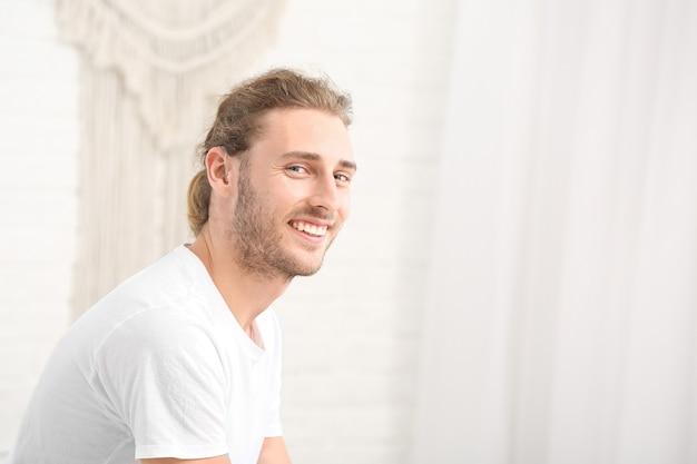 自宅で補聴器を持つ若い男