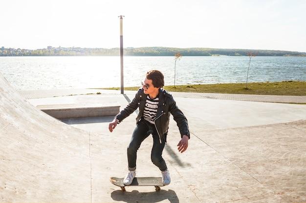 스케이트 공원에서 그의 스케이트 보드와 젊은 남자