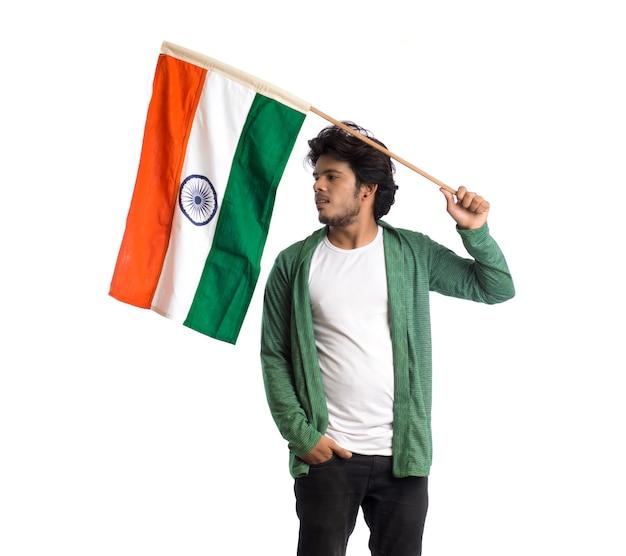 Молодой человек с индийским флагом или триколором на белом