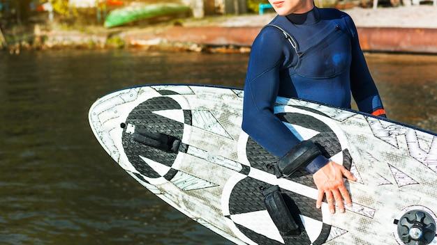 카이트 서핑 보드와 함께 젊은 남자