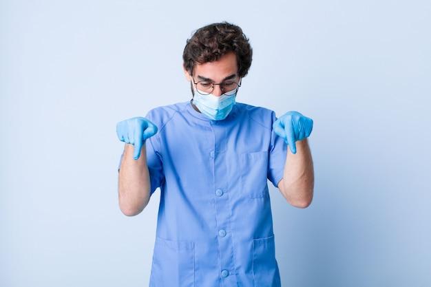 両手で下向きの口を開けて若い男は、ショックを受けて驚いて驚いた。コロナウイルスの概念