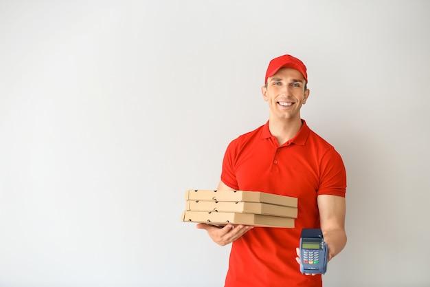 피자 상자와 은행 터미널 젊은 남자. 음식 배달 서비스