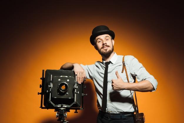 レトロなカメラを持つ若者