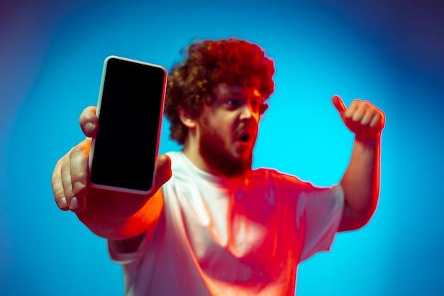 スマートフォンを持つ若い男