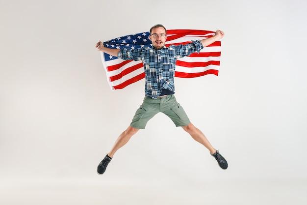 アメリカ合衆国の旗を持つ若者