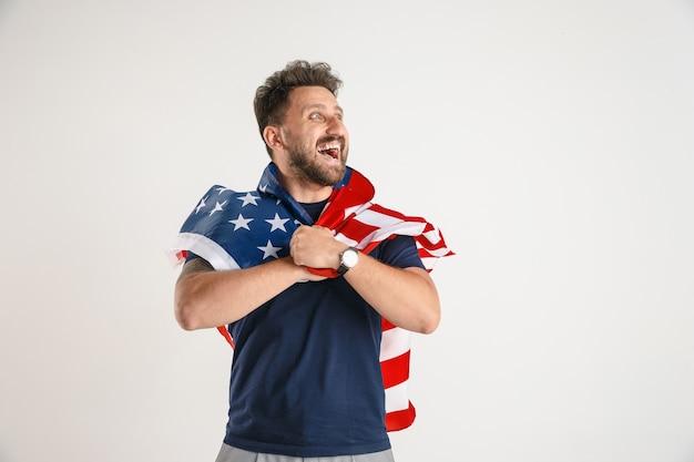 Молодой человек с флагом соединенных штатов америки