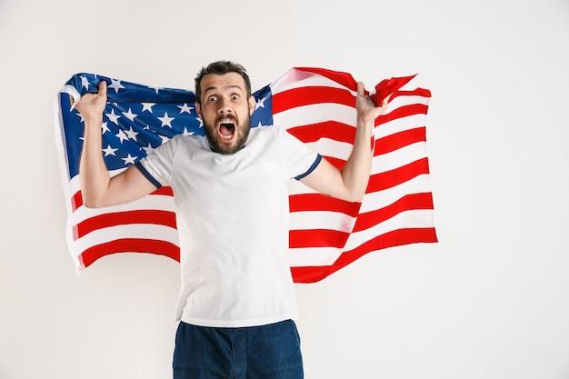 アメリカ合衆国の旗を持つ青年