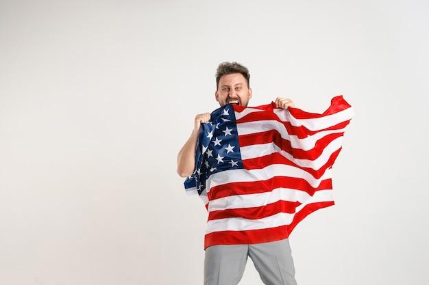 아메리카 합중국의 국기와 함께 젊은 남자