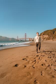 샌프란시스코의 금문교가 보이는 청년