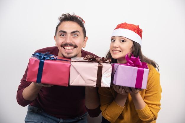 クリスマスプレゼントでポーズをとる女性と若い男。