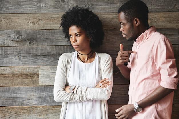 Giovane uomo e donna che hanno una conversazione