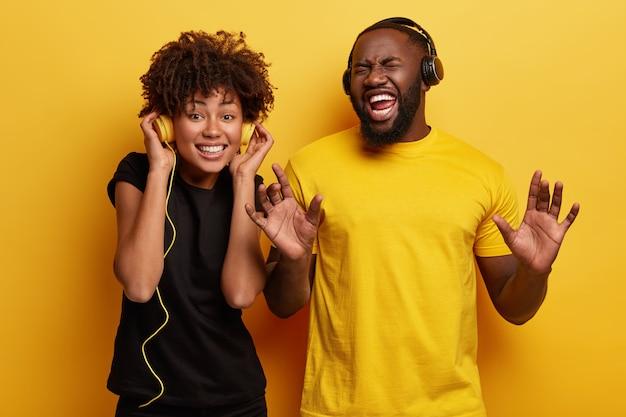 Giovane uomo e donna che ascolta la musica in cuffia