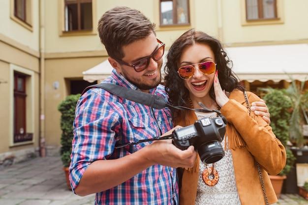 Giovane uomo e donna innamorati in viaggio per l'europa