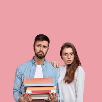Giovane uomo e donna in camicie in posa