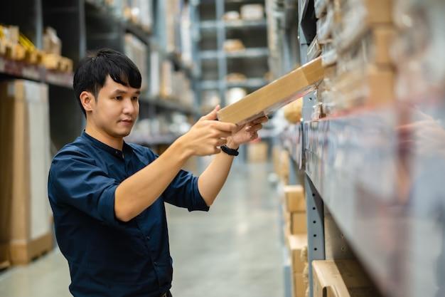 젊은 남자 작업자 창고 매장에서 재고 확인