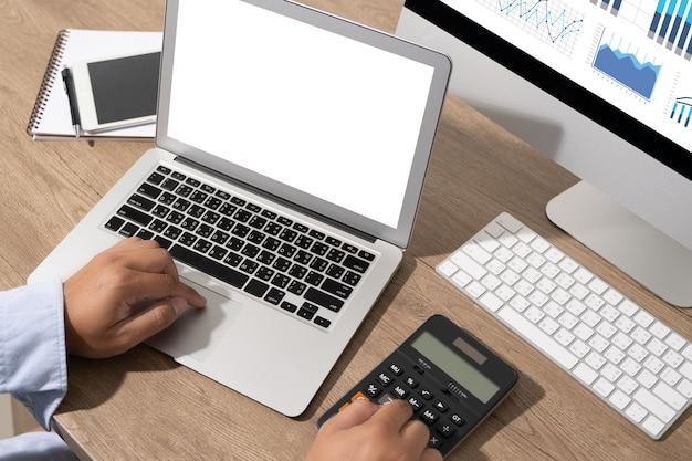 Молодой человек, работающий бизнесмен с помощью настольного компьютера пустой экран