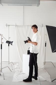 Giovane che lavora nel suo studio fotografico