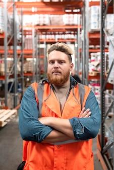 Молодой человек, работающий на складе