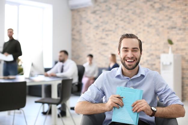 사무실에서 일하는 젊은 남자. 금융 거래