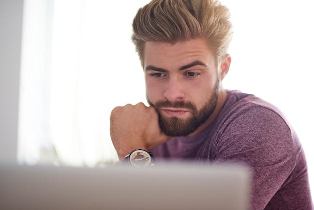 Молодой человек, работающий на компьютере