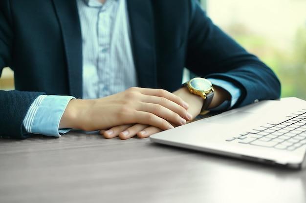 노트북, 노트북 컴퓨터에 남자의 손, 직장에서 비즈니스 사람과 함께 작업하는 젊은 남자