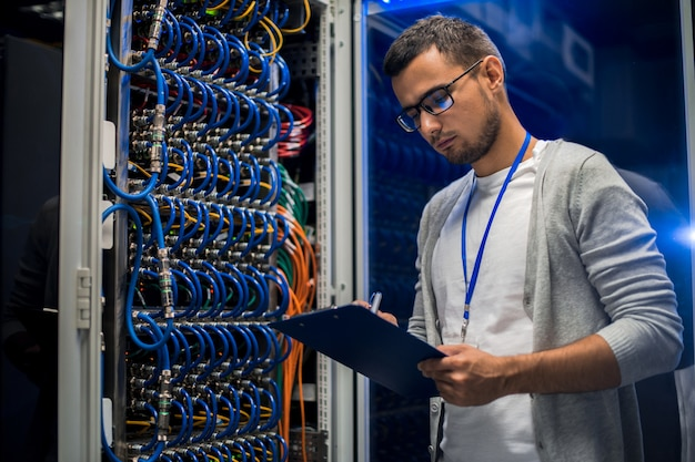 Молодой человек работает с серверами