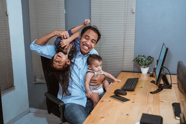 Молодой человек работает из дома