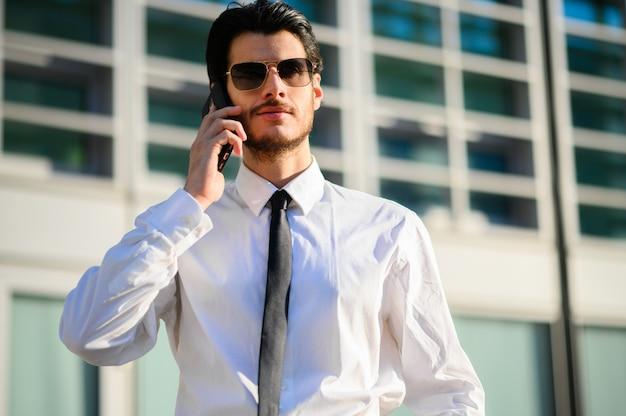 도시 환경에서 야외 전화에 젊은 관리자