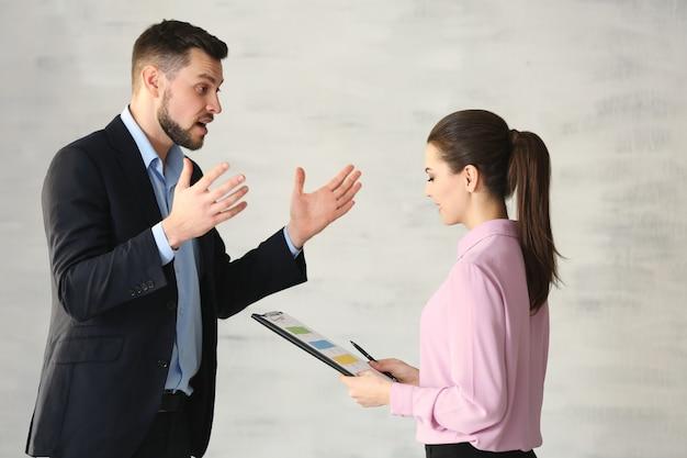 Молодые менеджеры обсуждают вопросы в офисе