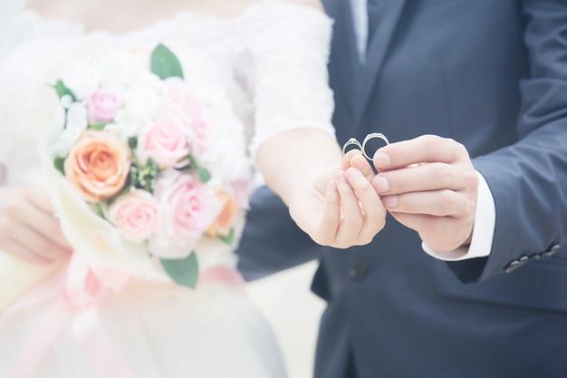 手をつないで若い夫婦、式典の結婚式の日