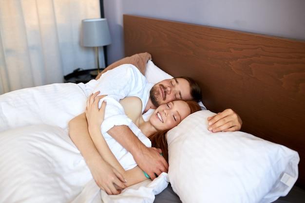 젊은 부부는 함께 자고 아침에 침대에 누워
