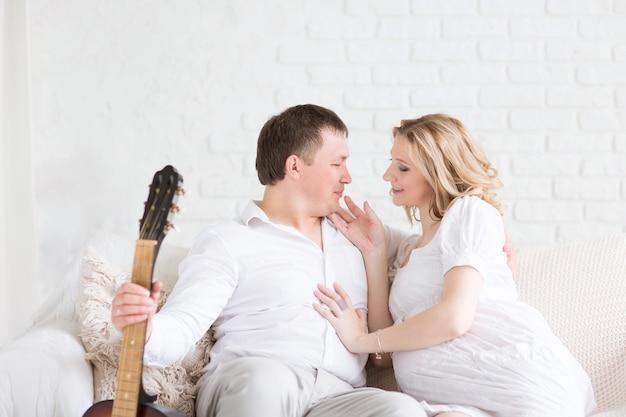 젊은 부부는 자유 시간을 함께 보냅니다. 가족 행복의 개념