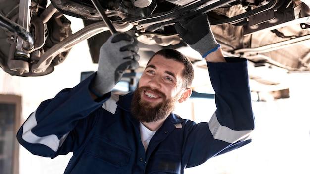 Молодой механик работает в своей мастерской