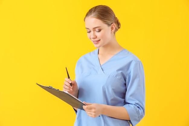 색상 표면에 문서와 젊은 의료 보조