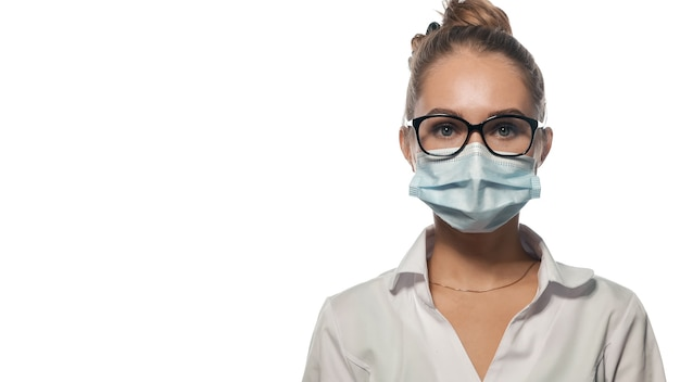 まっすぐに見えるマスクの若い医師。