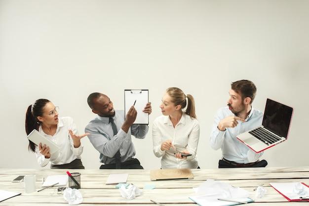 젊은 남자와 여자는 사무실에 앉아서 랩톱에서 작업. 감정 개념