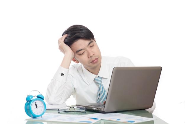 Молодые люди, работающие сверхурочно в офисе