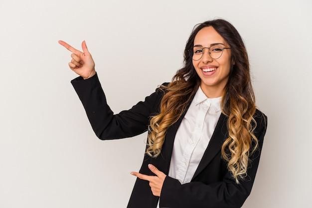 Молодая мексиканская бизнес-леди, изолированных на белом фоне, возбуждена, указывая указательными пальцами.