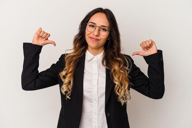 Молодая мексиканская деловая женщина, изолированная на белом фоне, чувствует гордость и уверенность в себе, пример для подражания.