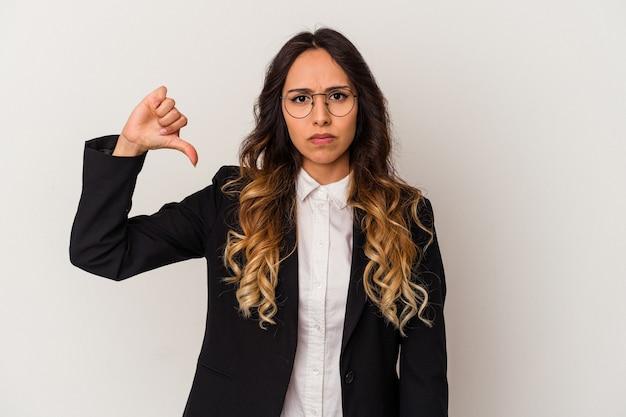 Молодая мексиканская деловая женщина, изолированные на белом фоне, показывает жест неприязни, пальцы вниз. концепция несогласия.