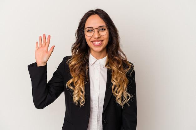 Молодая мексиканская деловая женщина, изолированных на белом фоне, улыбается веселый, показывая номер пять с пальцами.