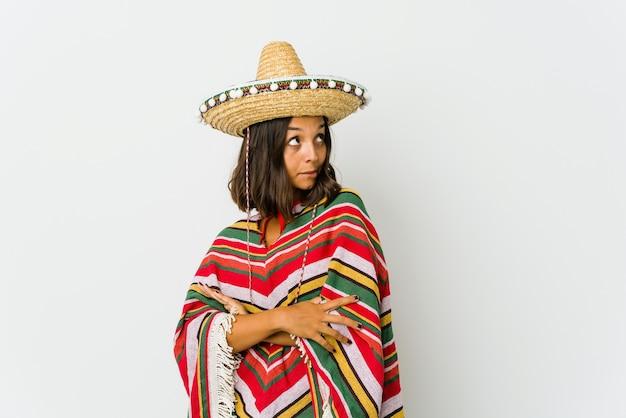 目標と目的を達成することを夢見て白いスペースに孤立した若いメキシコ人女性