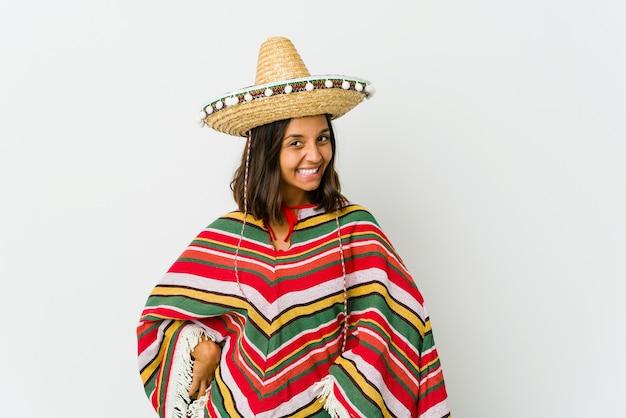 Молодая мексиканская женщина, изолированная на белой стене, счастливая, улыбающаяся и веселая.