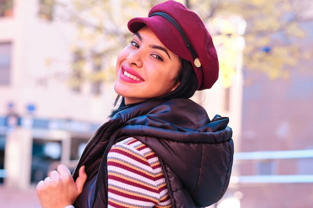 屋外で赤い帽子の若い中東の女の子