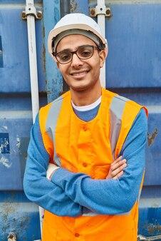 若い中東の労働者