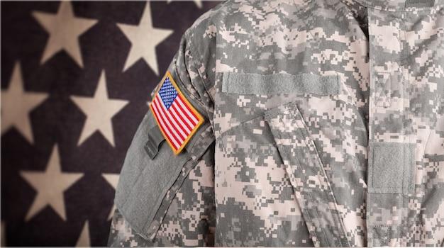 젊은 군인 남자, 배경에 가까이