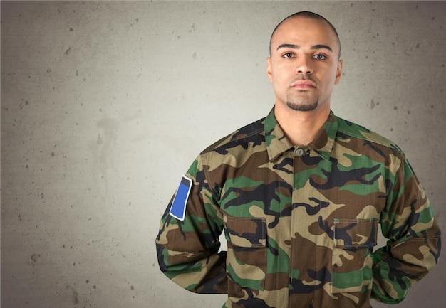 배경에 젊은 군인 남자 초상화